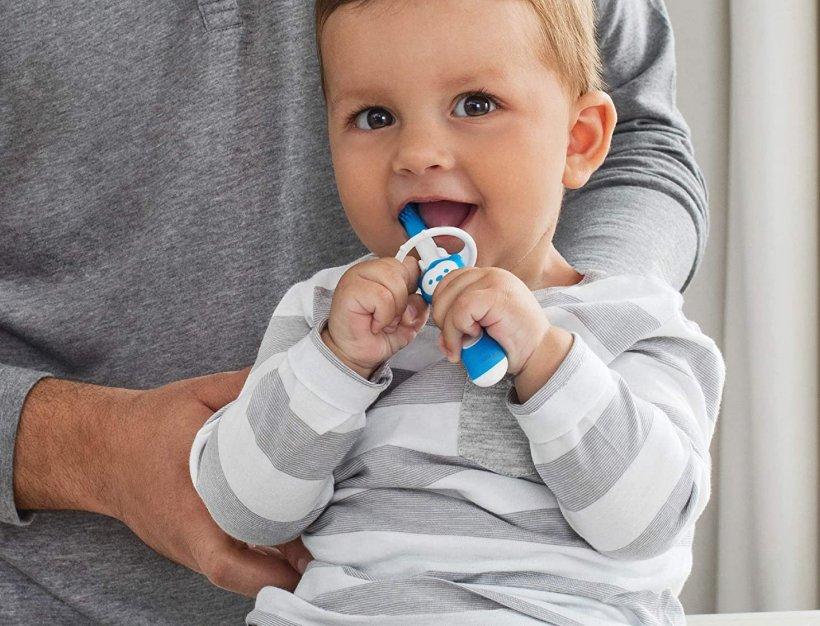igiene-orale-del-neonato-quando-e-come-lavare-i-denti_beberoyal